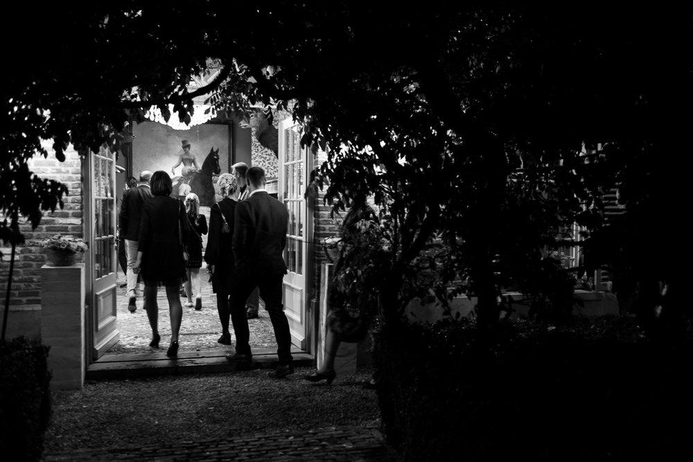 Fotoreportage van het huwelijk van de Sarah en Cédric. En dat was er één met stijl. Ze trouwden op de laatste nazomerdag van het jaar, vergezeld van een grote groep vrienden en familie Deze huwelijksfotograaf van iso800 was alvast gecharmeerd door de vrolijke no-nonse bruidegom en de prachtige, super-sympathieke bruid. De gasten komen aan bij het avondfeest dat plaats vindt bij De Lozen Boer in Lochristi