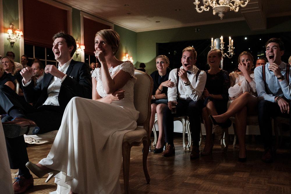 Fotoreportage van het huwelijk van de Sarah en Cédric. En dat was er één met stijl. Ze trouwden op de laatste nazomerdag van het jaar, vergezeld van een grote groep vrienden en familie Deze huwelijksfotograaf van iso800 was alvast gecharmeerd door de vrolijke no-nonse bruidegom en de prachtige, super-sympathieke bruid. Sfeerbeeld avondfeest.