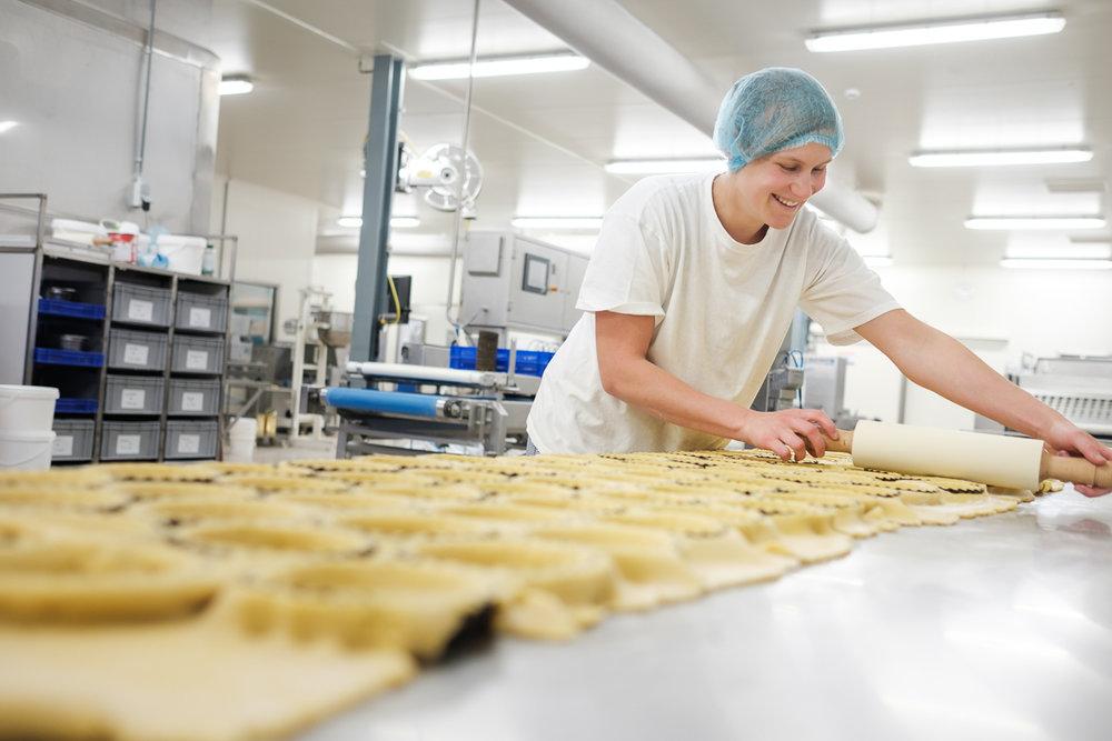 In een industriële bakkerij. / At an industrial bakery. (Mariën)