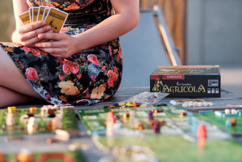 We hebben het grote voorrecht te mogen samenwerken met het geweldige Cartamundi. Cartamundi is wereldspeler (woordspeling!)in speelkaarten en gezelschapsspelletjes. is800 helpt hen leuke producten op een passende manier in beeld te brengen. Fotoshoot voor Agricola.