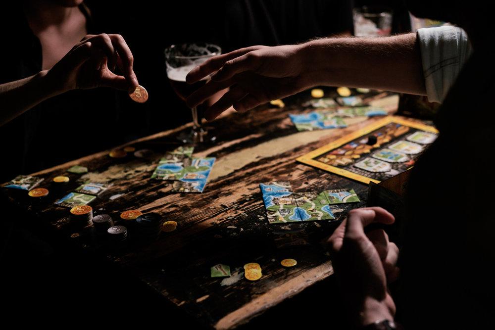 We hebben het grote voorrecht te mogen samenwerken met het geweldige Cartamundi. Cartamundi is wereldspeler (woordspeling!)in speelkaarten en gezelschapsspelletjes. is800 helpt hen leuke producten op een passende manier in beeld te brengen. Fotoshoot voor Isle of Skye.