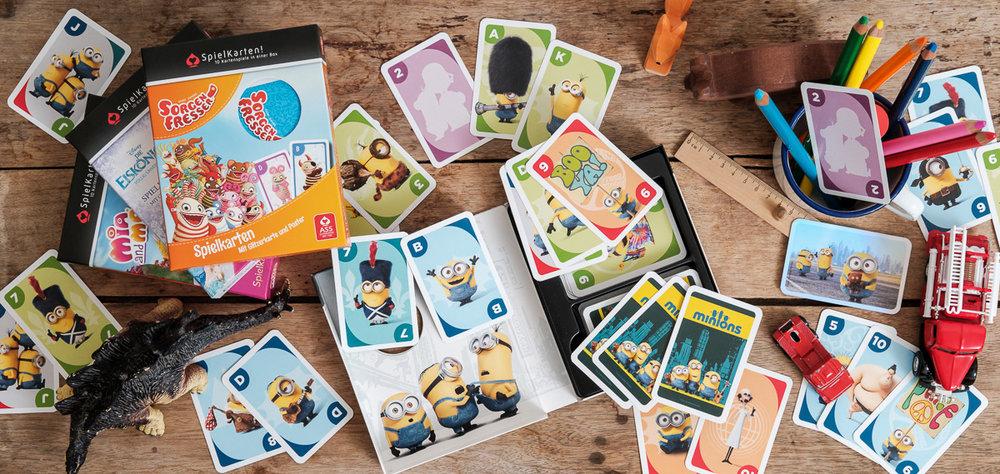 We hebben het grote voorrecht te mogen samenwerken met het geweldige Cartamundi. Cartamundi is wereldspeler (woordspeling!)in speelkaarten en gezelschapsspelletjes. is800 helpt hen leuke producten op een passende manier in beeld te brengen. Fotoshoot voor spelletjes, Spielkarten Minions.