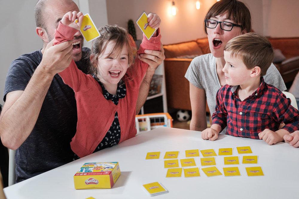 We hebben het grote voorrecht te mogen samenwerken met het geweldige Cartamundi. Cartamundi is wereldspeler (woordspeling!)in speelkaarten en gezelschapsspelletjes. is800 helpt hen leuke producten op een passende manier in beeld te brengen. Playdoh spelletje voor de hele familie.