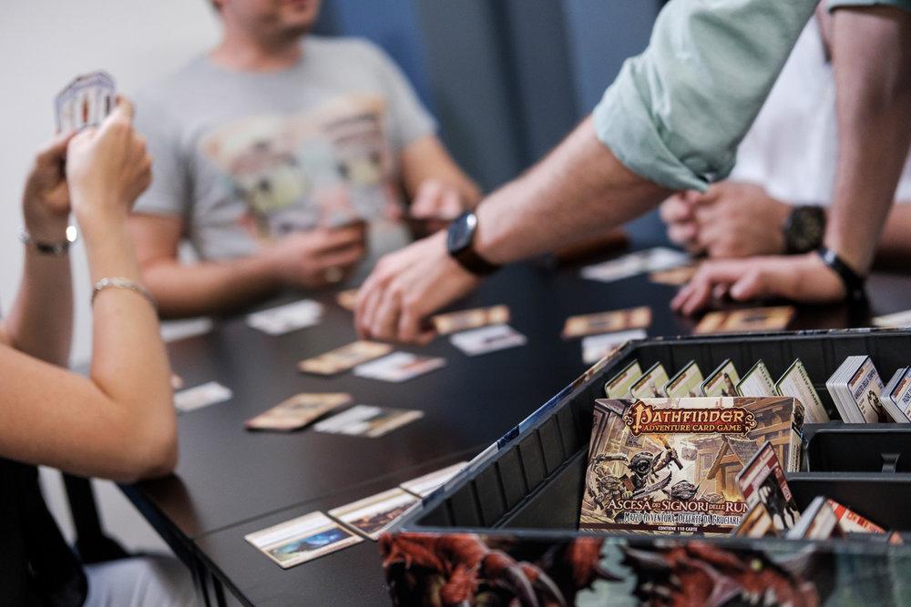 We hebben het grote voorrecht te mogen samenwerken met het geweldige Cartamundi. Cartamundi is wereldspeler (woordspeling!)in speelkaarten en gezelschapsspelletjes. is800 helpt hen leuke producten op een passende manier in beeld te brengen. Shoot voor Pathfinder gezelschapsspel.