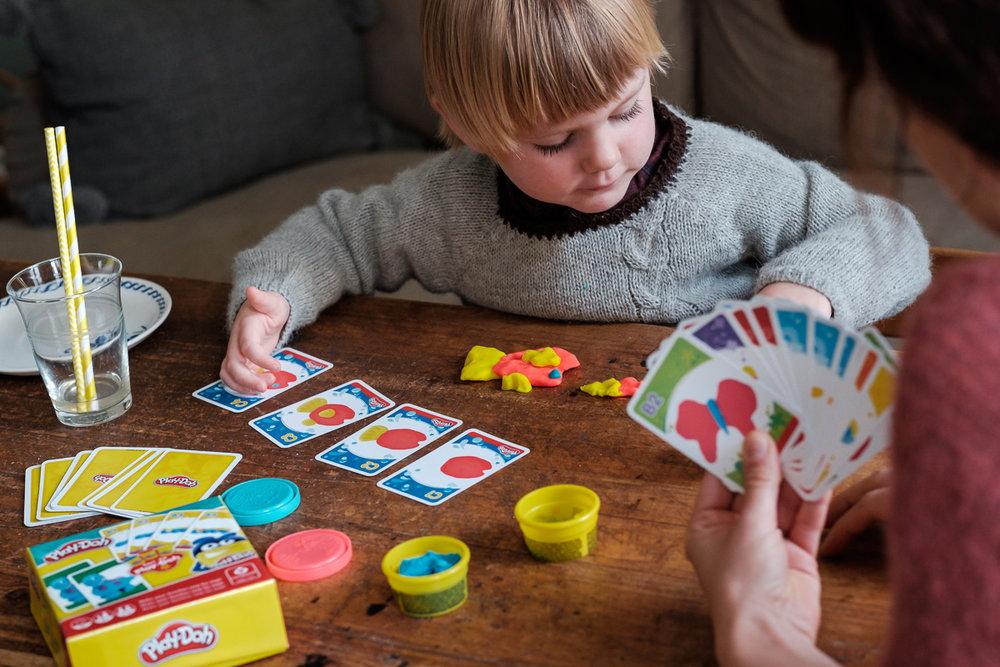 We hebben het grote voorrecht te mogen samenwerken met het geweldige Cartamundi. Cartamundi is wereldspeler (woordspeling!)in speelkaarten en gezelschapsspelletjes. is800 helpt hen leuke producten op een passende manier in beeld te brengen. Shoot voor Play-Doh spelletje.
