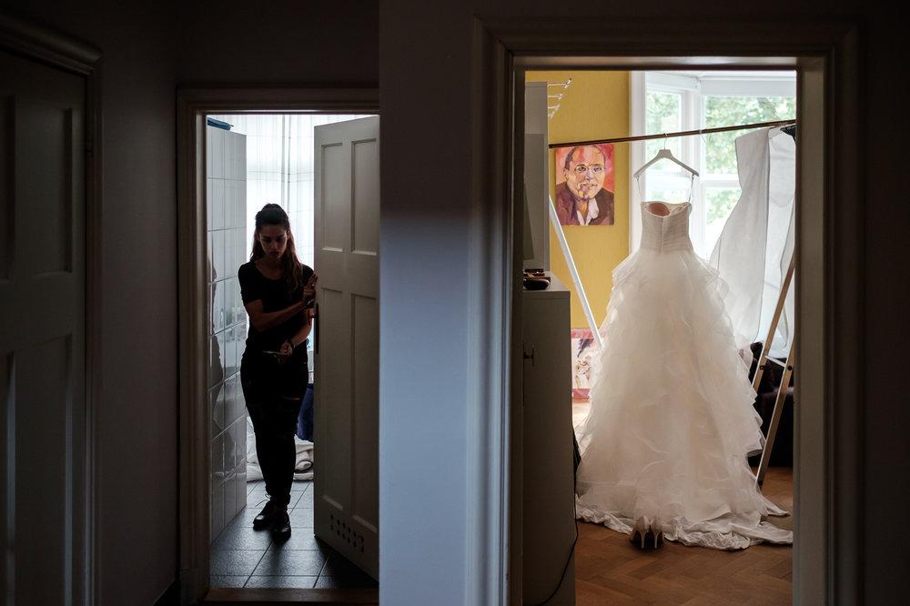 Sofie en Bernard hadden het privilege om in de tuin van de ouders van de bruidegom hun trouwfeest te houden. Geen slecht idee, zo bleek. De huwelijksfotografen van iso800 waren gelukkige getuigen. Sfeerbeeld,de bruidsjurk hangt klaar.