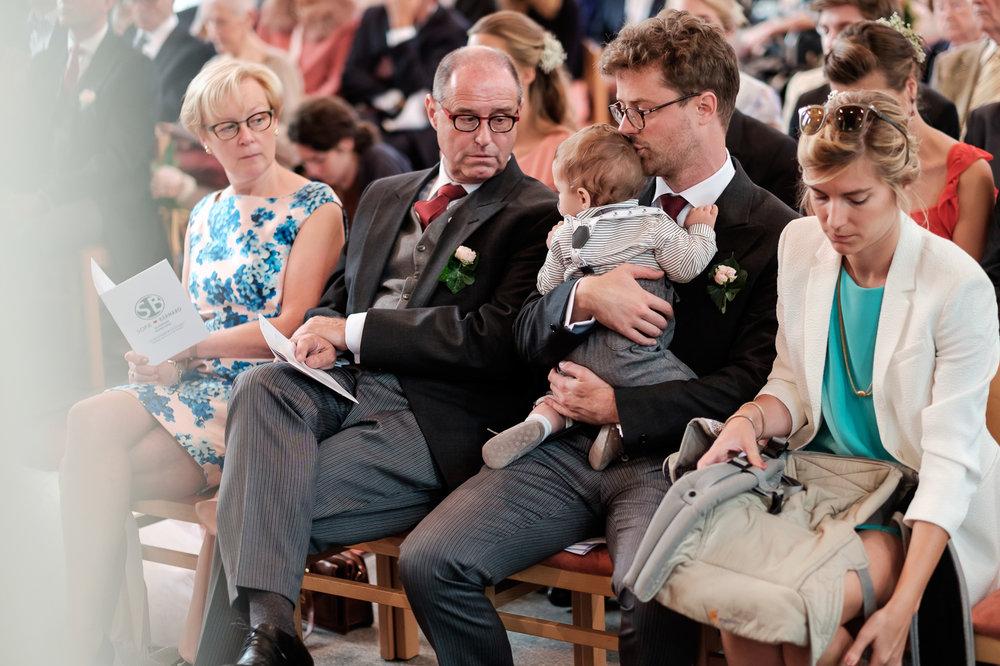 Sofie en Bernard hadden het privilege om in de tuin van de ouders van de bruidegom hun trouwfeest te houden. Geen slecht idee, zo bleek. De huwelijksfotografen van iso800 waren gelukkige getuigen. De familie van de bruid in de kerk.