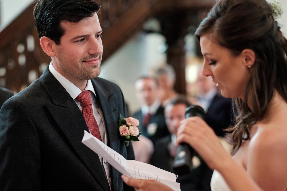 Sofie en Bernard hadden het privilege om in de tuin van de ouders van de bruidegom hun trouwfeest te houden. Geen slecht idee, zo bleek. De huwelijksfotografen van iso800 waren gelukkige getuigen. De bruid leest haar geloften voor in de kerk.