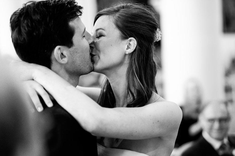 Sofie en Bernard hadden het privilege om in de tuin van de ouders van de bruidegom hun trouwfeest te houden. Geen slecht idee, zo bleek. De huwelijksfotografen van iso800 waren gelukkige getuigen. De kus!