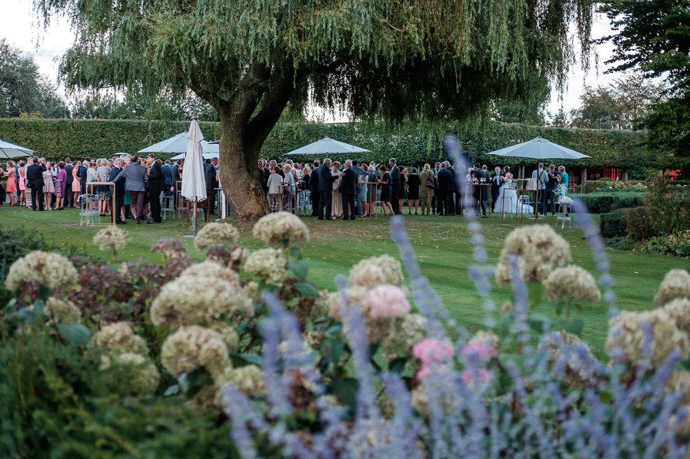 Sofie en Bernard hadden het privilege om in de tuin van de ouders van de bruidegom hun trouwfeest te houden. Geen slecht idee, zo bleek. De huwelijksfotografen van iso800 waren gelukkige getuigen. Van zo'n scène decor voor de receptie vele koppels slechts dromen, gasten vinden schaduw onder een grote oude wilg in de achtertuin van de ouders van de bruidegom.