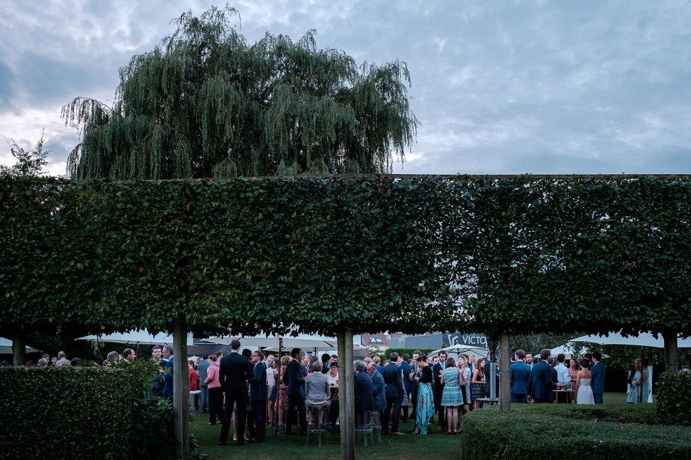 Sofie en Bernard hadden het privilege om in de tuin van de ouders van de bruidegom hun trouwfeest te houden. Geen slecht idee, zo bleek. De huwelijksfotografen van iso800 waren gelukkige getuigen.
