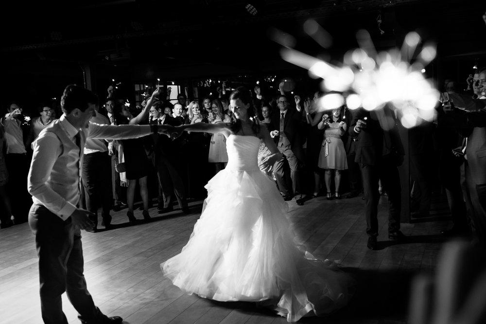 Sofie en Bernard hadden het privilege om in de tuin van de ouders van de bruidegom hun trouwfeest te houden. Geen slecht idee, zo bleek. De huwelijksfotografen van iso800 waren gelukkige getuigen. Het kersverse paar danst de openingsdans.