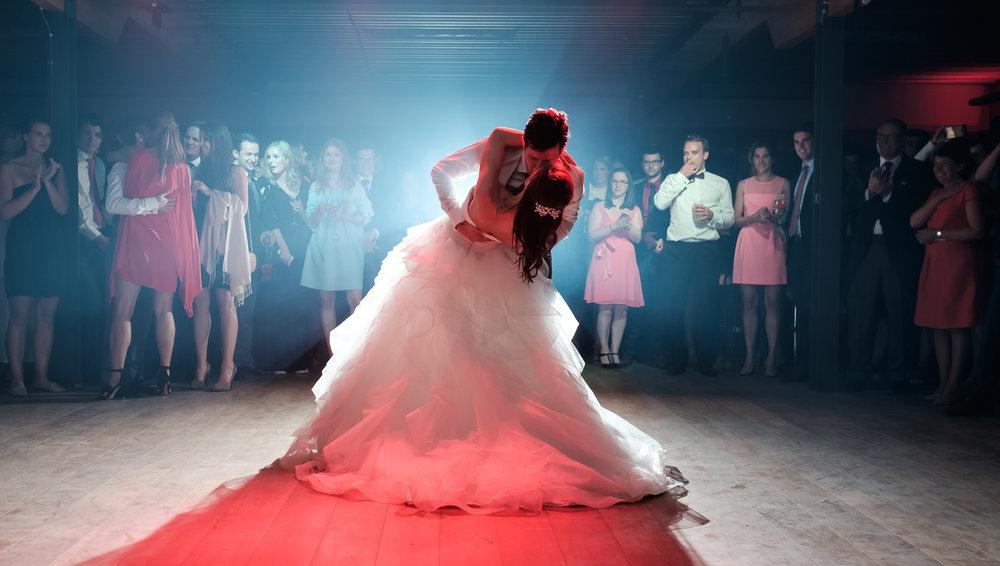 Sofie en Bernard hadden het privilege om in de tuin van de ouders van de bruidegom hun trouwfeest te houden. Geen slecht idee, zo bleek. De huwelijksfotografen van iso800 waren gelukkige getuigen. Het bruidspaar dans de openingsdans, in de achtergrond kijken de gasten met bewondering toe.