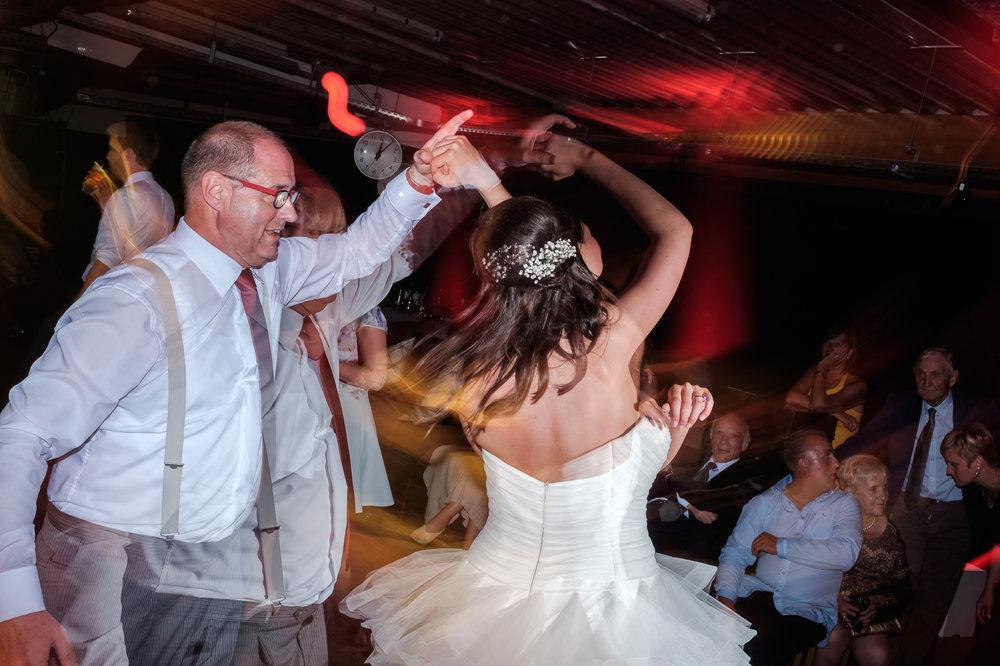 Sofie en Bernard hadden het privilege om in de tuin van de ouders van de bruidegom hun trouwfeest te houden. Geen slecht idee, zo bleek. De huwelijksfotografen van iso800 waren gelukkige getuigen.Vader en dochter op het dansfeest.