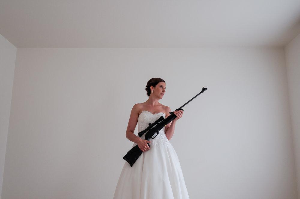 Een bruid met een geweer. Een fladderend trouwkleed in de Wase haven. Een koppel absolute lieverds met een schitterende openingsdans in Brebonna. De huwelijksfotografen van iso800 stellen aan u voor: Linde en Tom.