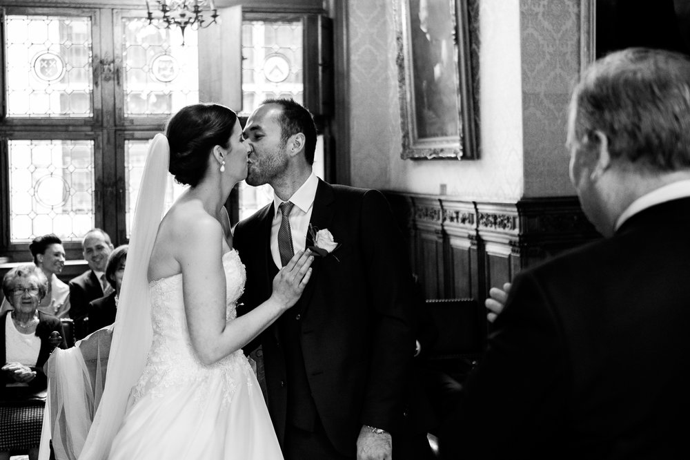 Een bruid met een geweer. Een fladderend trouwkleed in de Wase haven. Een koppel absolute lieverds met een schitterende openingsdans in Brebonna. De huwelijksfotografen van iso800 stellen aan u voor: Linde en Tom. De kus van het kersverse koppel in het gemeentehuis Kasteel Cortewalle.