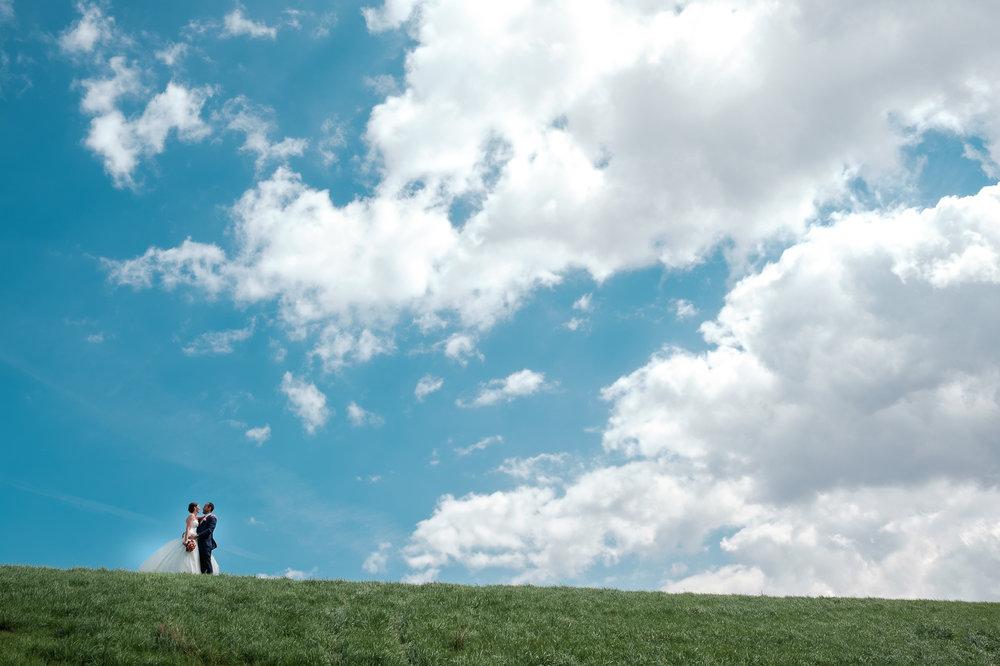 Een bruid met een geweer. Een fladderend trouwkleed in de Wase haven. Een koppel absolute lieverds met een schitterende openingsdans in Brebonna. De huwelijksfotografen van iso800 stellen aan u voor: Linde en Tom. Foto tijdens shoot Antwerpse haven.