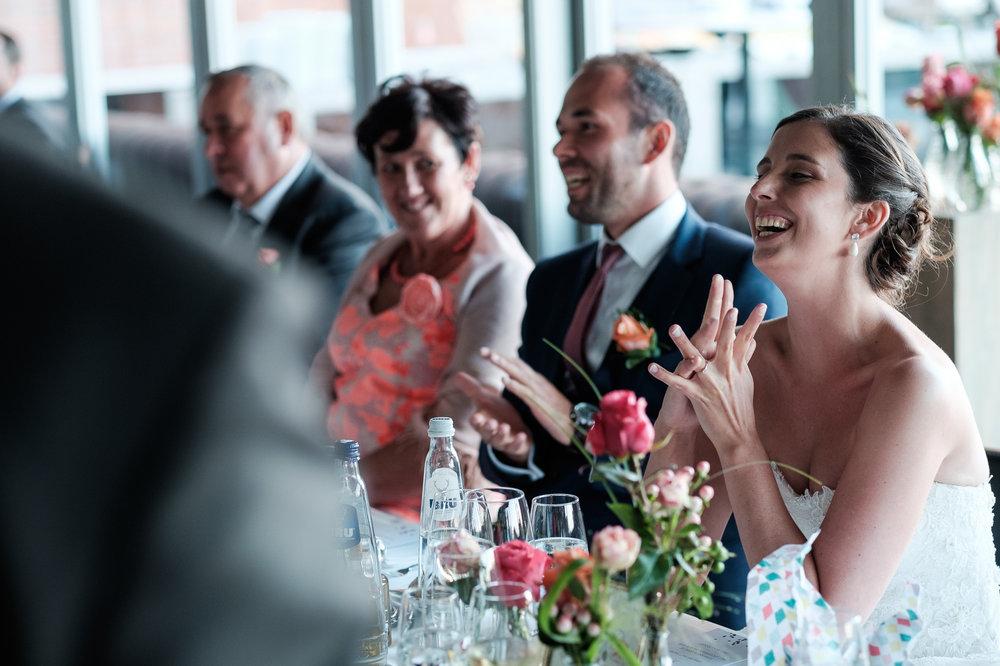 Een bruid met een geweer. Een fladderend trouwkleed in de Wase haven. Een koppel absolute lieverds met een schitterende openingsdans in Brebonna. De huwelijksfotografen van iso800 stellen aan u voor: Linde en Tom. Start van het avondfeest en diner.