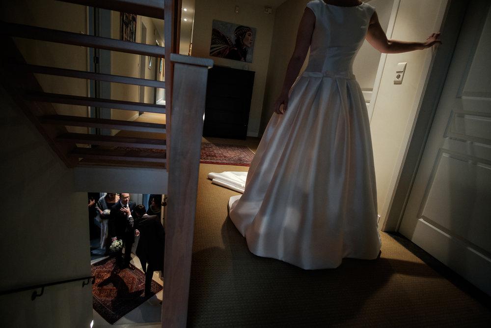 De huwelijksfotograaf van is800 was erbij toen   Camille en Francis elkaar  dit weekend het jawoord gaven. Kort samengevat zag dat er zo uit: Een huwelijk in de kathedraal (koor incluis), een feest in zaal Horta (need we say more), een bruid in prinsessenkleed (owning it all the way!), Een bruidegom die één en al stijl uitademt. De bruid daalt de trap af, de das van de bruidegom wordt nog net even goed gezet.
