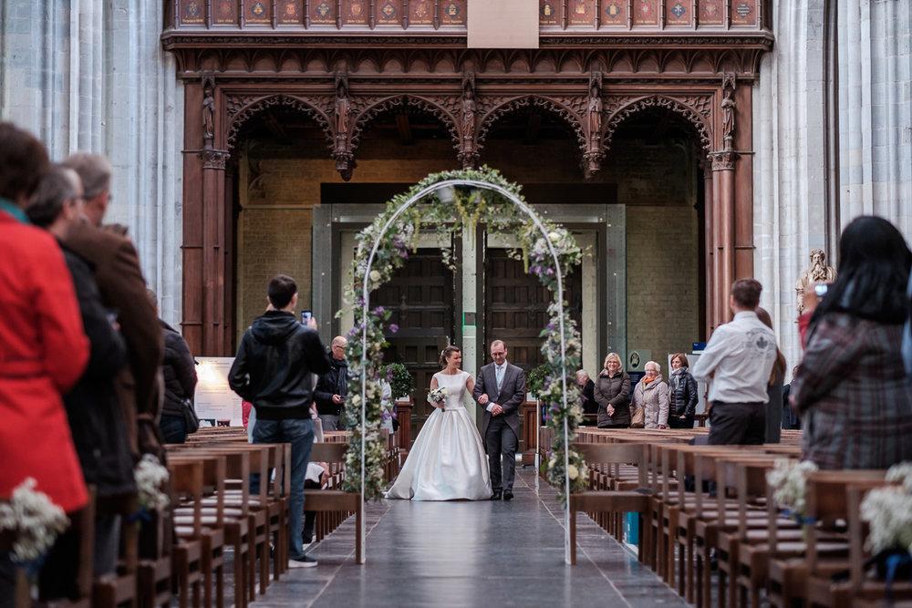 De huwelijksfotograaf van is800 was erbij toen Camille en Francis elkaar het jawoord gaven. Kort samengevat zag dat er zo uit: Een huwelijk in de kathedraal (koor incluis), een feest in zaal Horta , een bruid in prinsessenkleed, Een bruidegom die één en al stijl uitademt. De bruid komt de Onze-Lieve-Vrouw kathedraal binnen aan de arm van haar vader.
