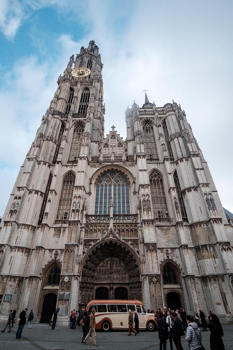 De huwelijksfotograaf van is800 was erbij toen   Camille en Francis elkaar  dit weekend het jawoord gaven. Kort samengevat zag dat er zo uit: Een huwelijk in de kathedraal (koor incluis), een feest in zaal Horta (need we say more), een bruid in prinsessenkleed (owning it all the way!), Een bruidegom die één en al stijl uitademt. De groep arriveert aan de Onze-Lieve-Vrouw kathedraal in Antwerpen.