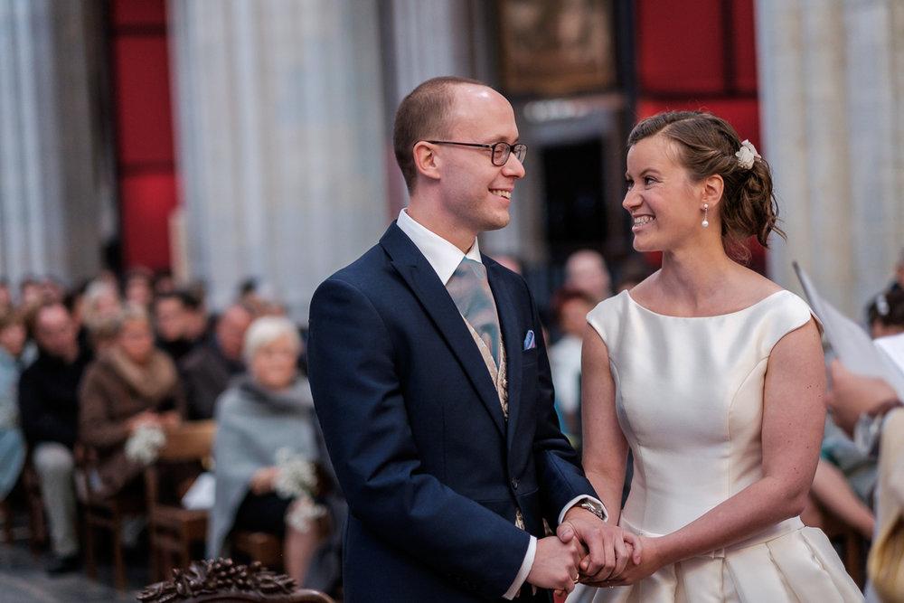 De huwelijksfotograaf van is800 was erbij toen Camille en Francis elkaar het jawoord gaven. Kort samengevat zag dat er zo uit: Een huwelijk in de kathedraal (koor incluis), een feest in zaal Horta , een bruid in prinsessenkleed, een bruidegom die één en al stijl uitademt. Foto van het paar dat elkaar toelacht tijdens de ceremonie.