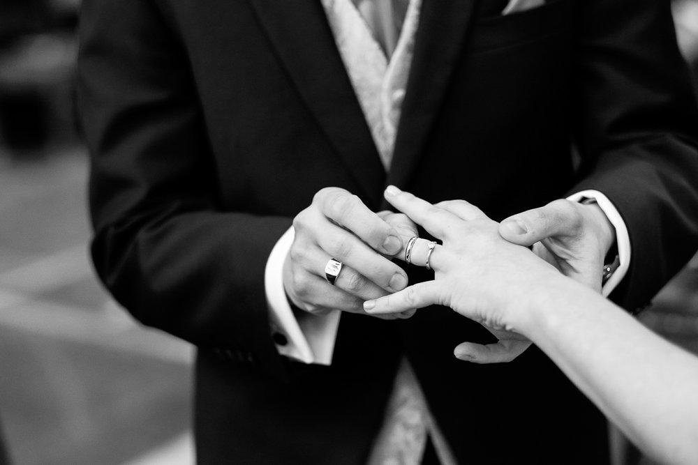 De huwelijksfotograaf van is800 was erbij toen Camille en Francis elkaar het jawoord gaven. Kort samengevat zag dat er zo uit: Een huwelijk in de kathedraal (koor incluis), een feest in zaal Horta , een bruid in prinsessenkleed, een bruidegom die één en al stijl uitademt. De ringen worden uitgewisseld tijdens de ceremonie.