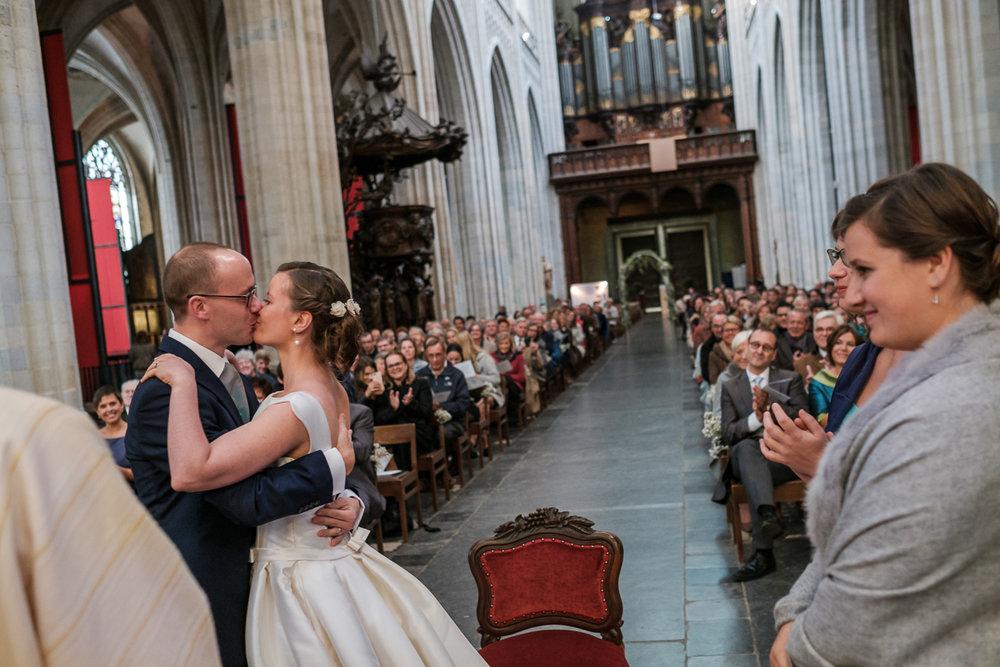 De huwelijksfotograaf van is800 was erbij toen Camille en Francis elkaar het jawoord gaven. Kort samengevat zag dat er zo uit: Een huwelijk in de kathedraal (koor incluis), een feest in zaal Horta , een bruid in prinsessenkleed, een bruidegom die één en al stijl uitademt. Het bruidspaar geeft elkaar de kus tijdens de ceremonie in de Onze-Lieve-Vrouw kathedraal in Antwerpen.
