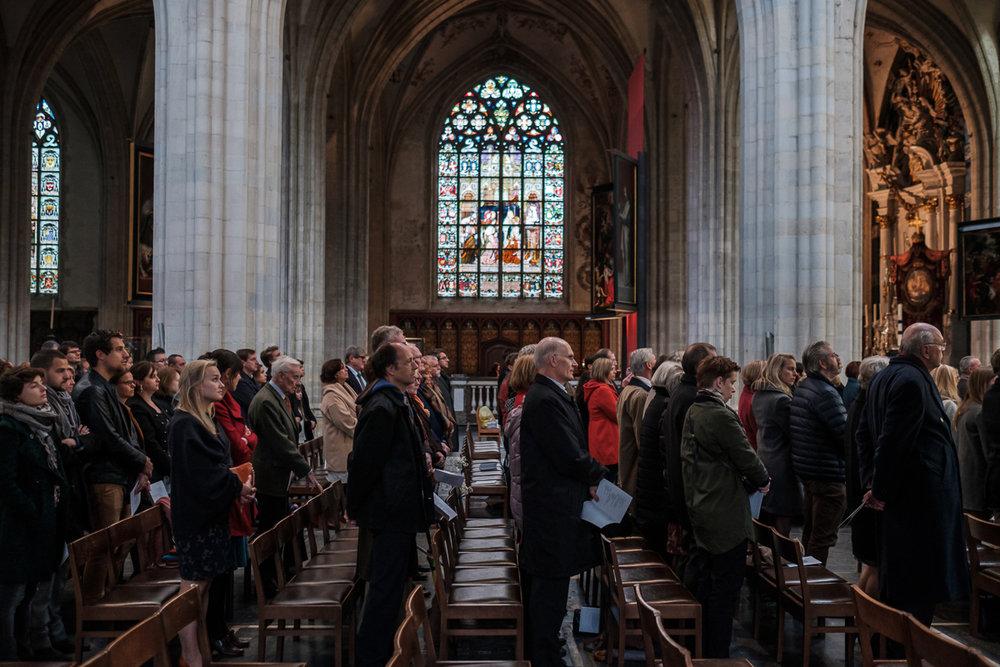 De huwelijksfotograaf van is800 was erbij toen Camille en Francis elkaar het jawoord gaven. Kort samengevat zag dat er zo uit: Een huwelijk in de kathedraal (koor incluis), een feest in zaal Horta , een bruid in prinsessenkleed, Een bruidegom die één en al stijl uitademt. Sfeerbeeld uit de Onze-Lieve-Vrouw kathedraal in Antwerpen.