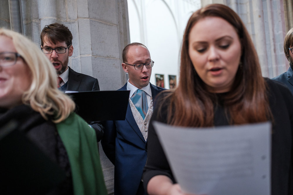 De huwelijksfotograaf van is800 was erbij toen Camille en Francis elkaar het jawoord gaven. Kort samengevat zag dat er zo uit: Een huwelijk in de kathedraal (koor incluis), een feest in zaal Horta , een bruid in prinsessenkleed, een bruidegom die één en al stijl uitademt. Foto van de bruidegom die zich bij het koort voegt voor een lied tijdens de ceremonie in de Onze-Lieve-Vrouw kathedraal in Antwerpen.