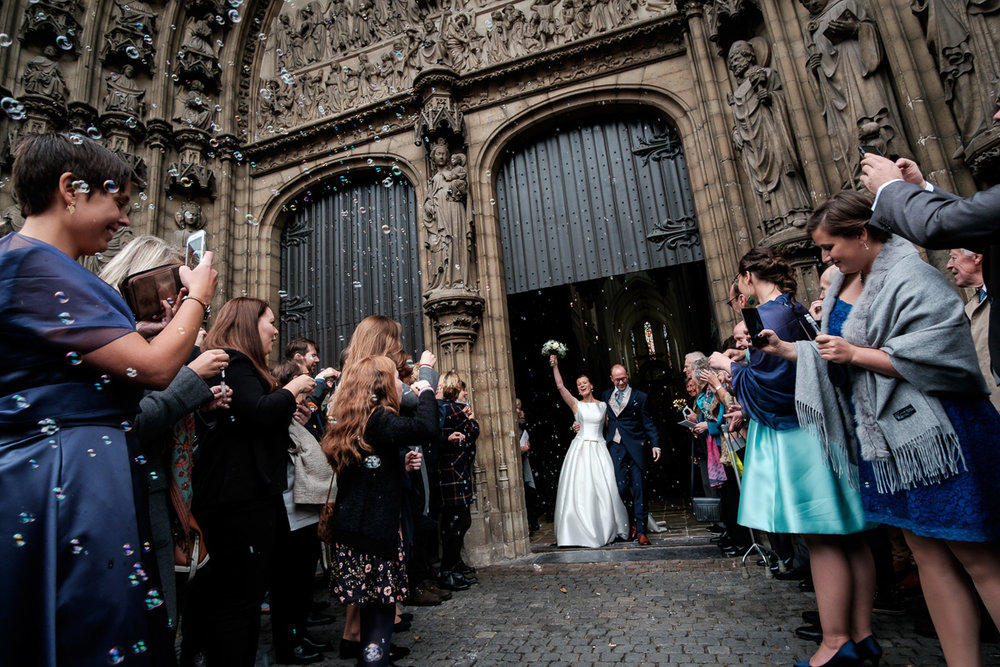 The weddingphotographer of iso800 was present when Camille and Francis gave each other their yesses and in short, this is how it looked like: a wedding in a cathedral (choir included), an evening in Horta , a bride in a princess' gown and a groom oozing style.