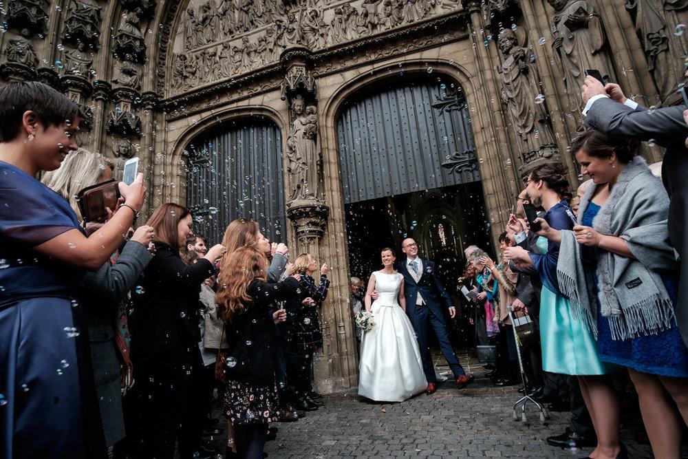 De huwelijksfotograaf van is800 was erbij toen Camille en Francis elkaar het jawoord gaven. Kort samengevat zag dat er zo uit: een huwelijk in de kathedraal (koor incluis), een feest in zaal Horta , een bruid in prinsessenkleed, een bruidegom die één en al stijl uitademt. Het koppel treedt de kerk uit na de ceremonie. De gasten wachten hen op in het prachtige portaal van de kathedraal.