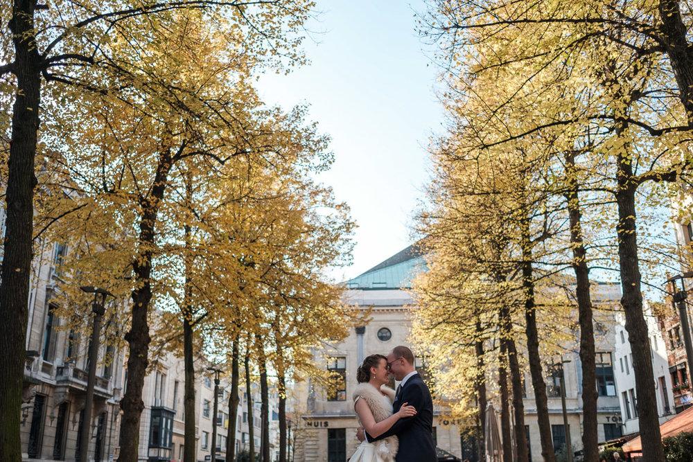 De huwelijksfotograaf van is800 was erbij toen Camille en Francis elkaar het jawoord gaven. Kort samengevat zag dat er zo uit: een huwelijk in de kathedraal (koor incluis), een feest in zaal Horta , een bruid in prinsessenkleed, een bruidegom die één en al stijl uitademt. Foto van het bruidspaar met een Antwerpen in herfstsfeer op de achtergrond.