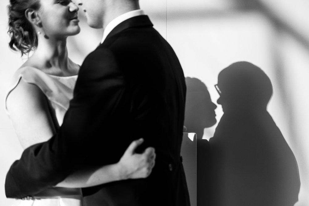 De huwelijksfotograaf van is800 was erbij toen Camille en Francis elkaar het jawoord gaven. Kort samengevat zag dat er zo uit: een huwelijk in de kathedraal (koor incluis), een feest in zaal Horta , een bruid in prinsessenkleed, een bruidegom die één en al stijl uitademt. Foto tijdens de shoot in zaal Horta.