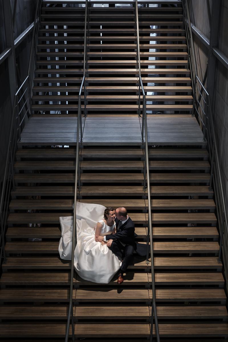 De huwelijksfotograaf van is800 was erbij toen Camille en Francis elkaar het jawoord gaven. Kort samengevat zag dat er zo uit: een huwelijk in de kathedraal (koor incluis), een feest in zaal Horta , een bruid in prinsessenkleed, een bruidegom die één en al stijl uitademt. Fotoshoot van het paar in zaal Horta in Antwerpen.