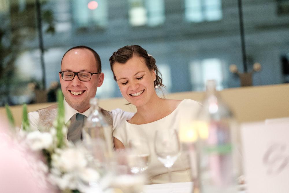 De huwelijksfotograaf van is800 was erbij toen Camille en Francis elkaar het jawoord gaven. Kort samengevat zag dat er zo uit: een huwelijk in de kathedraal (koor incluis), een feest in zaal Horta , een bruid in prinsessenkleed, een bruidegom die één en al stijl uitademt. Het bruidspaar aan tafel tijdens het avondfeest in Horta.