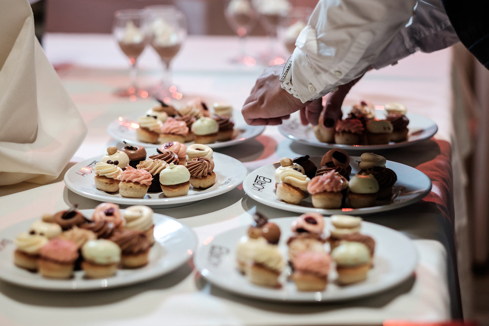De huwelijksfotograaf van is800 was erbij toen Camille en Francis elkaar het jawoord gaven. Kort samengevat zag dat er zo uit: een huwelijk in de kathedraal (koor incluis), een feest in zaal Horta , een bruid in prinsessenkleed, een bruidegom die één en al stijl uitademt. Foto van het dessert  buffet.