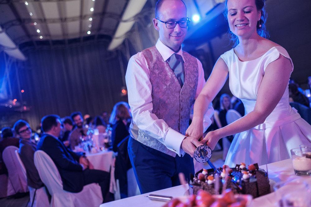 De huwelijksfotograaf van is800 was erbij toen Camille en Francis elkaar het jawoord gaven. Kort samengevat zag dat er zo uit: een huwelijk in de kathedraal (koor incluis), een feest in zaal Horta , een bruid in prinsessenkleed, een bruidegom die één en al stijl uitademt. Bruid en bruidegom snijden de taart aan.