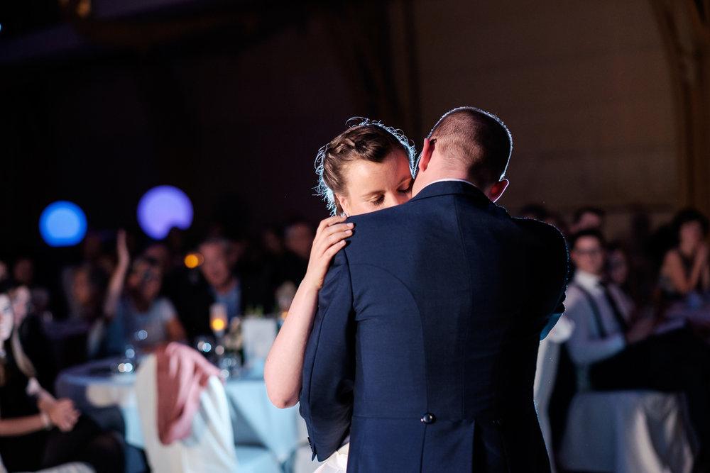 De huwelijksfotograaf van is800 was erbij toen Camille en Francis elkaar het jawoord gaven. Kort samengevat zag dat er zo uit: een huwelijk in de kathedraal (koor incluis), een feest in zaal Horta , een bruid in prinsessenkleed, een bruidegom die één en al stijl uitademt. De openingsdans van Camille en Francis.