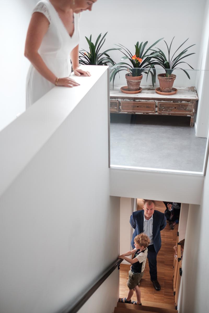 iso800-huwelijksfotograaf-aan de trap-spontaan
