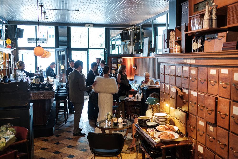 Britt & Jens zagen samen al de helft van de wereld, maar trouwen wilden ze graag in 'hun' Antwerpen.Met de huwelijksfotografen van iso800 trokken ze naar een pittoresk kerkje Lillo, vaarden met het prachtige zeilschip Marjorie II over de Schelde naar de voet van het MAS en gingen van daaruit het naar feestzaal LaRiva. Ontbijt in Antwerps café.