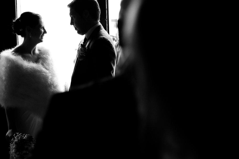 Britt & Jens zagen samen al de helft van de wereld, maar trouwen wilden ze graag in 'hun' Antwerpen.Met de huwelijksfotografen van iso800 trokken ze naar een pittoresk kerkje Lillo, vaarden met het prachtige zeilschip Marjorie II over de Schelde naar de voet van het MAS en gingen van daaruit het naar feestzaal LaRiva. Bruidspaar in de ochtend.