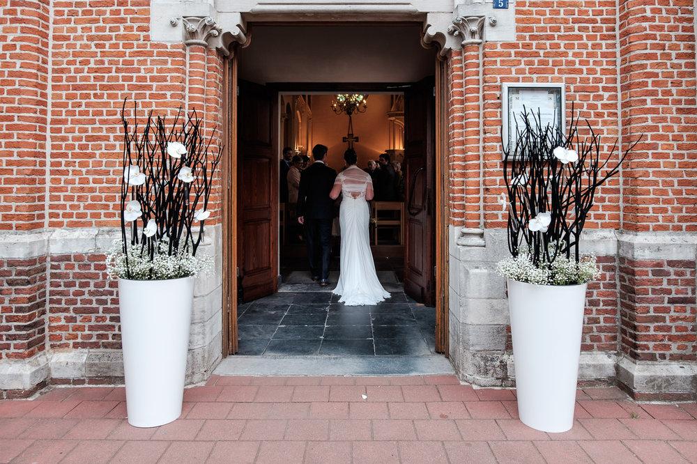 Britt & Jens zagen samen al de helft van de wereld, maar trouwen wilden ze graag in 'hun' Antwerpen.Met de huwelijksfotografen van iso800 trokken ze naar een pittoresk kerkje Lillo, vaarden met het prachtige zeilschip Marjorie II over de Schelde naar de voet van het MAS en gingen van daaruit het naar feestzaal LaRiva. De bruid treedt samen met haar vader de kerk binnen.