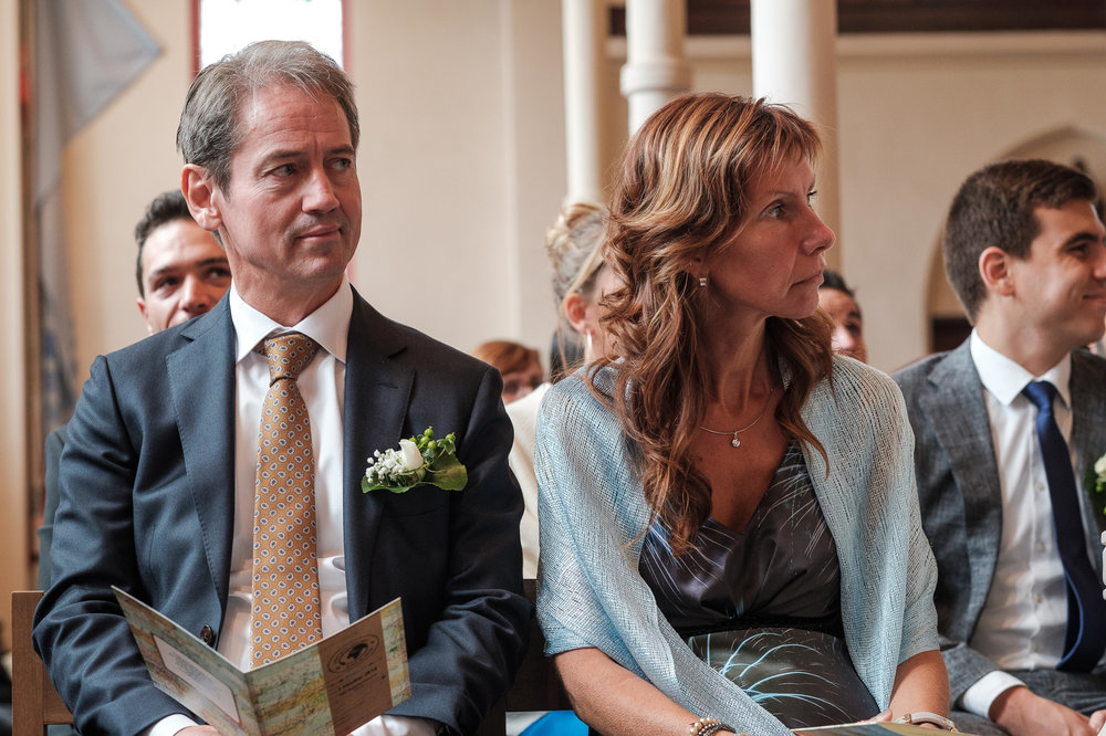 Britt & Jens zagen samen al de helft van de wereld, maar trouwen wilden ze graag in 'hun' Antwerpen.Met de huwelijksfotografen van iso800 trokken ze naar een pittoresk kerkje Lillo, vaarden met het prachtige zeilschip Marjorie II over de Schelde naar de voet van het MAS en gingen van daaruit het naar feestzaal LaRiva. Vader van de bruid tijdens de ceremonie.
