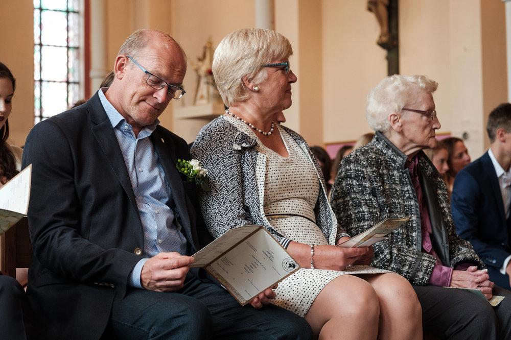 Britt & Jens zagen samen al de helft van de wereld, maar trouwen wilden ze graag in 'hun' Antwerpen.Met de huwelijksfotografen van iso800 trokken ze naar een pittoresk kerkje Lillo, vaarden met het prachtige zeilschip Marjorie II over de Schelde naar de voet van het MAS en gingen van daaruit het naar feestzaal LaRiva. Moeder van de bruidegom tijdens de ceremonie