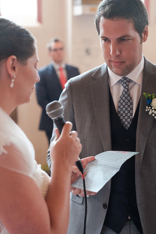 Britt & Jens zagen samen al de helft van de wereld, maar trouwen wilden ze graag in 'hun' Antwerpen.Met de huwelijksfotografen van iso800 trokken ze naar een pittoresk kerkje Lillo, vaarden met het prachtige zeilschip Marjorie II over de Schelde naar de voet van het MAS en gingen van daaruit het naar feestzaal LaRiva.De bruid leest haar geloften voor tijdens de ceremonie.