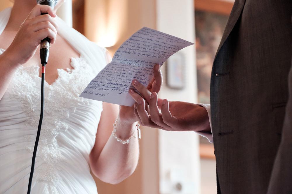 Britt & Jens zagen samen al de helft van de wereld, maar trouwen wilden ze graag in 'hun' Antwerpen.Met de huwelijksfotografen van iso800 trokken ze naar een pittoresk kerkje Lillo, vaarden met het prachtige zeilschip Marjorie II over de Schelde naar de voet van het MAS en gingen van daaruit het naar feestzaal LaRiva.Bruid leest haar geloften voor tijdens de ceremonie.