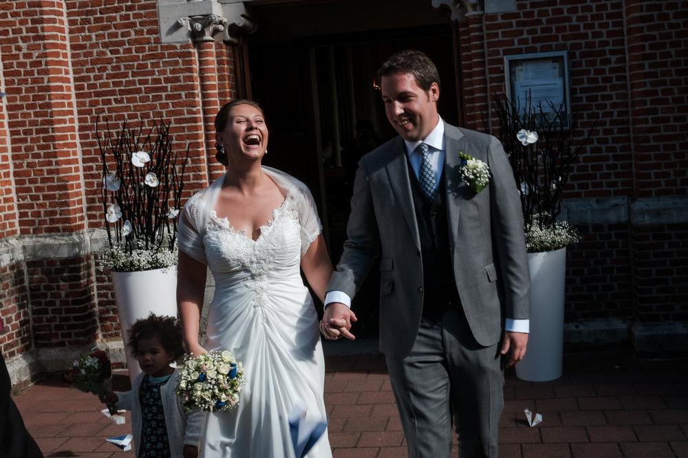 Britt & Jens zagen samen al de helft van de wereld, maar trouwen wilden ze graag in 'hun' Antwerpen.Met de huwelijksfotografen van iso800 trokken ze naar een pittoresk kerkje Lillo, vaarden met het prachtige zeilschip Marjorie II over de Schelde naar de voet van het MAS en gingen van daaruit het naar feestzaal LaRiva. Het bruidspaar verlaat de kerk.