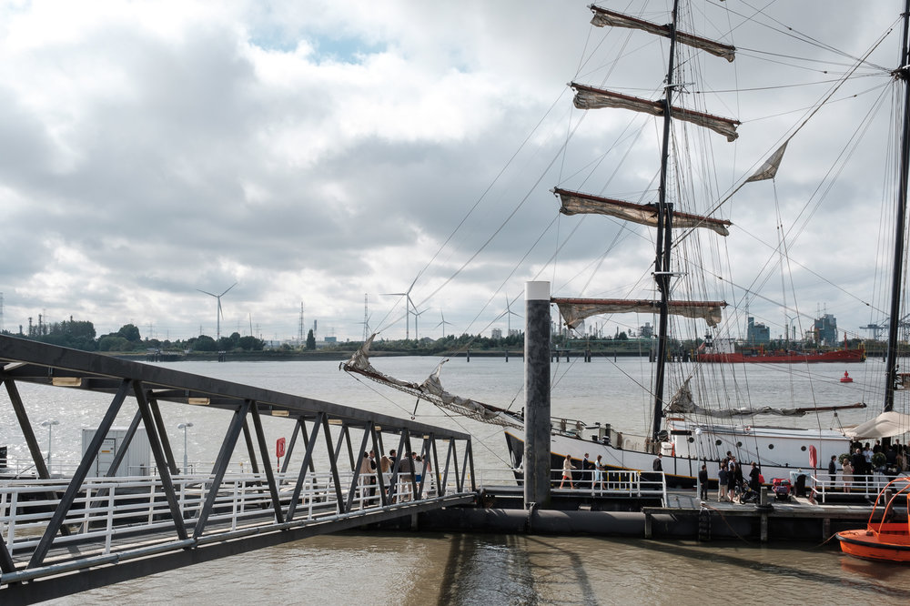 Britt & Jens zagen samen al de helft van de wereld, maar trouwen wilden ze graag in 'hun' Antwerpen.Met de huwelijksfotografen van iso800 trokken ze naar een pittoresk kerkje Lillo, vaarden met het prachtige zeilschip Marjorie II over de Schelde naar de voet van het MAS en gingen van daaruit het naar feestzaal LaRiva. Sfeerbeeld van de zeilboot die hen van Lillo naar het centrum van Antwerpen zal varen.