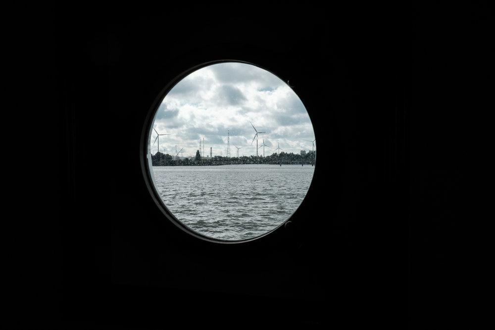 Britt & Jens zagen samen al de helft van de wereld, maar trouwen wilden ze graag in 'hun' Antwerpen.Met de huwelijksfotografen van iso800 trokken ze naar een pittoresk kerkje Lillo, vaarden met het prachtige zeilschip Marjorie II over de Schelde naar de voet van het MAS en gingen van daaruit het naar feestzaal LaRiva. Sfeerbeeld van de Antwerpse haven vanuit het zeilschip.